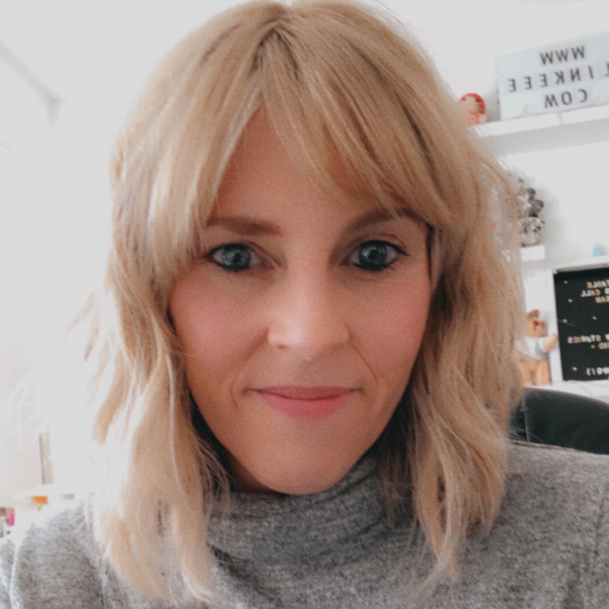 The owner of Slinkeee Illustration - Lindsay Elissa Coils